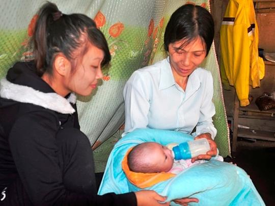 Vợ chồng nghèo được cô gái trẻ 'tặng' bé sơ sinh 1