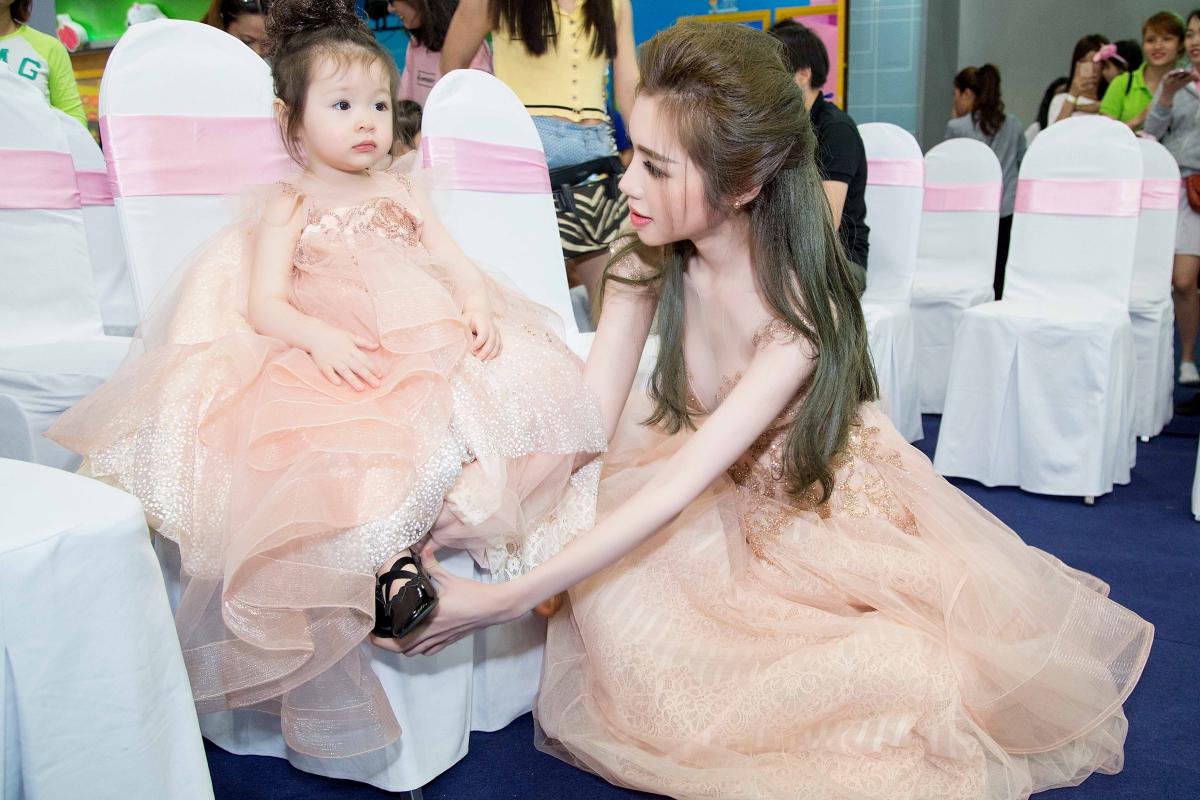 Cadie lần đầu dự sự kiện cùng mẹ Elly Trần 2