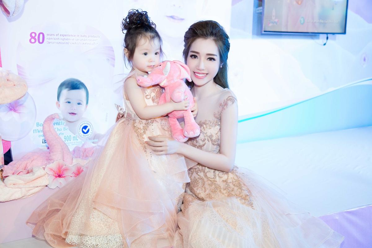 Cadie lần đầu dự sự kiện cùng mẹ Elly Trần 4