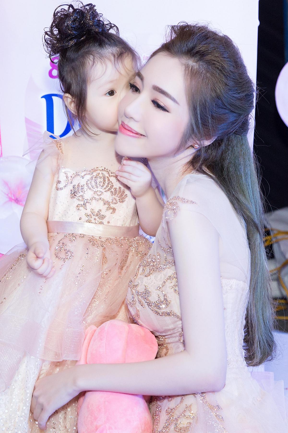 Cadie lần đầu dự sự kiện cùng mẹ Elly Trần 5