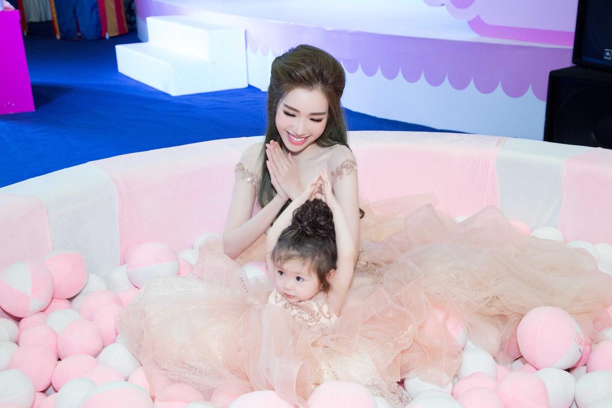 Cadie lần đầu dự sự kiện cùng mẹ Elly Trần 6