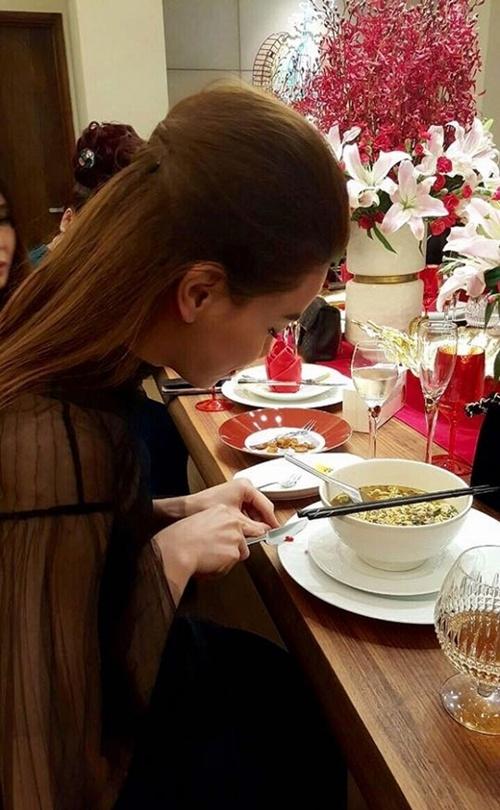 Kiếm tiền tỷ, Hồ Ngọc Hà vẫn giản dị ăn mì tôm khi đi dự tiệc 2