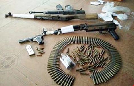 Giang hồ khét tiếng đến công an nộp cả bao vũ khí 1