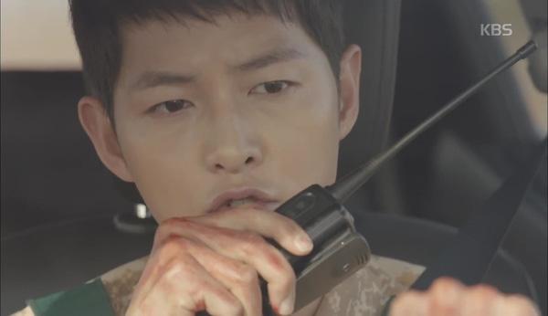 'Hậu Duệ Mặt Trời' tập 11: Song Joong Ki từ bỏ quân phục, liều mạng cứu Song Hye Kyo 3