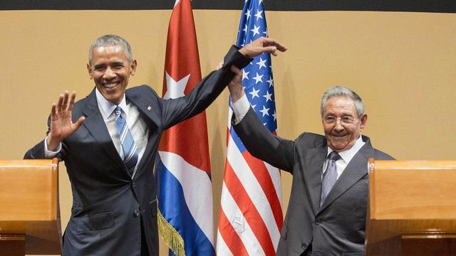 Nhà Trắng lý giải cái bắt tay khó hiểu của Obama và Raul Catro  1
