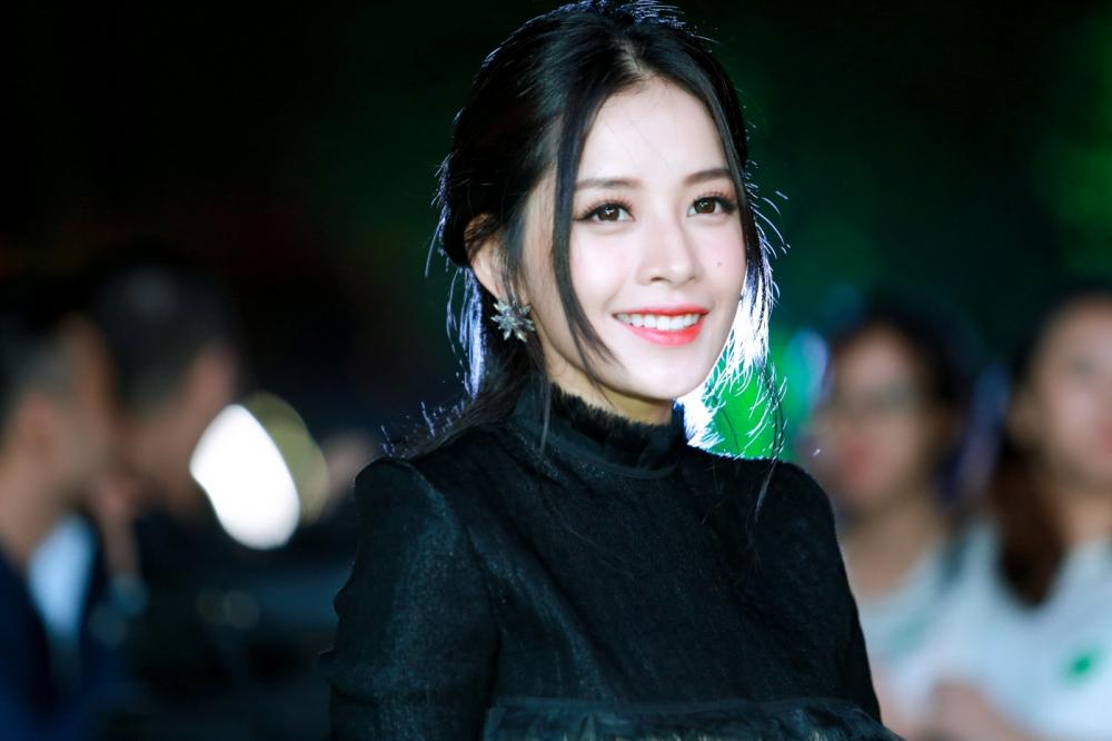 Chi Pu thân thiết cùng Hari Won khi dự sự kiện 6