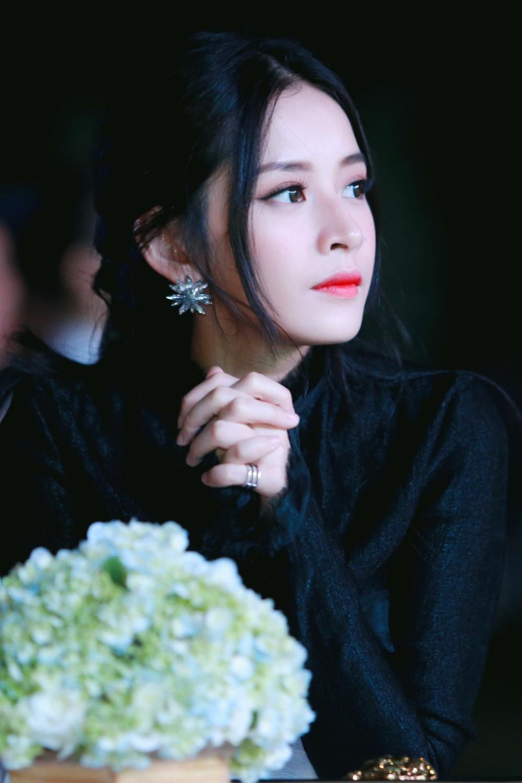 Chi Pu thân thiết cùng Hari Won khi dự sự kiện 5