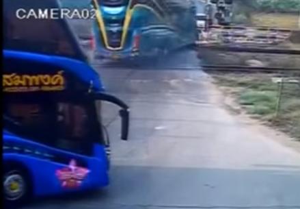 Tai nạn giao thông: Tàu hỏa đâm trực diện xe buýt 2 tầng, 3 người chết 1