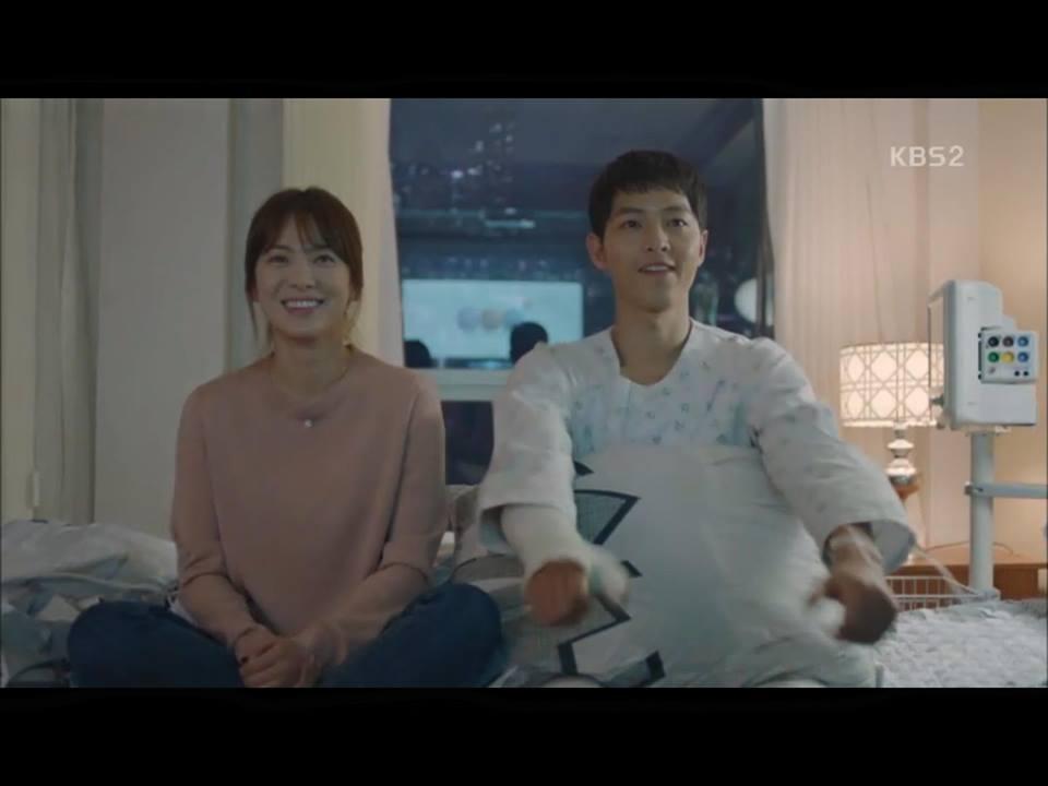 Hậu Duệ Mặt Trời tập 14: Song Joong Ki ôm Song Hye Kyo ngủ trong phòng bệnh 19