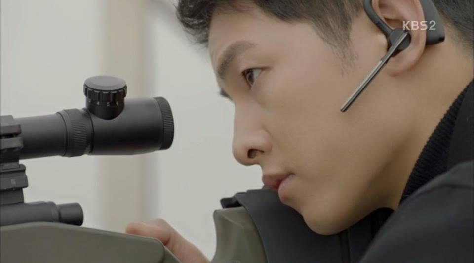 Hậu Duệ Mặt Trời tập 14: Song Joong Ki ôm Song Hye Kyo ngủ trong phòng bệnh 16