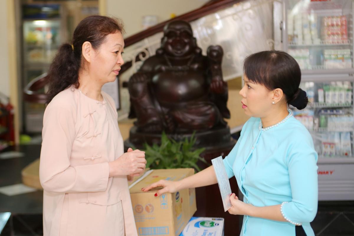 Việt Hương diện áo bà ba làm từ thiện 1