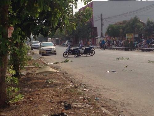 Khiêng nạn nhân bị tai nạn giao thông bỏ bên lề đường 1