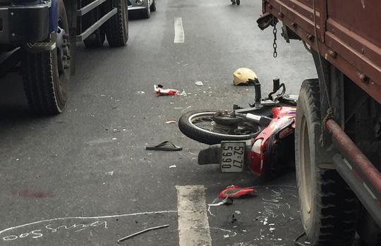 Đi xe máy trong làn ô tô, nam thanh niên bị cán tử vong 1