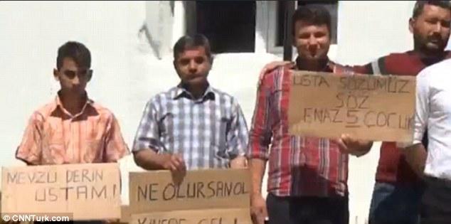 Nhóm nam giới độc thân biểu tình đòi có vợ 1