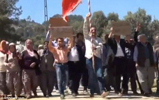Nhóm nam giới độc thân biểu tình đòi có vợ 2