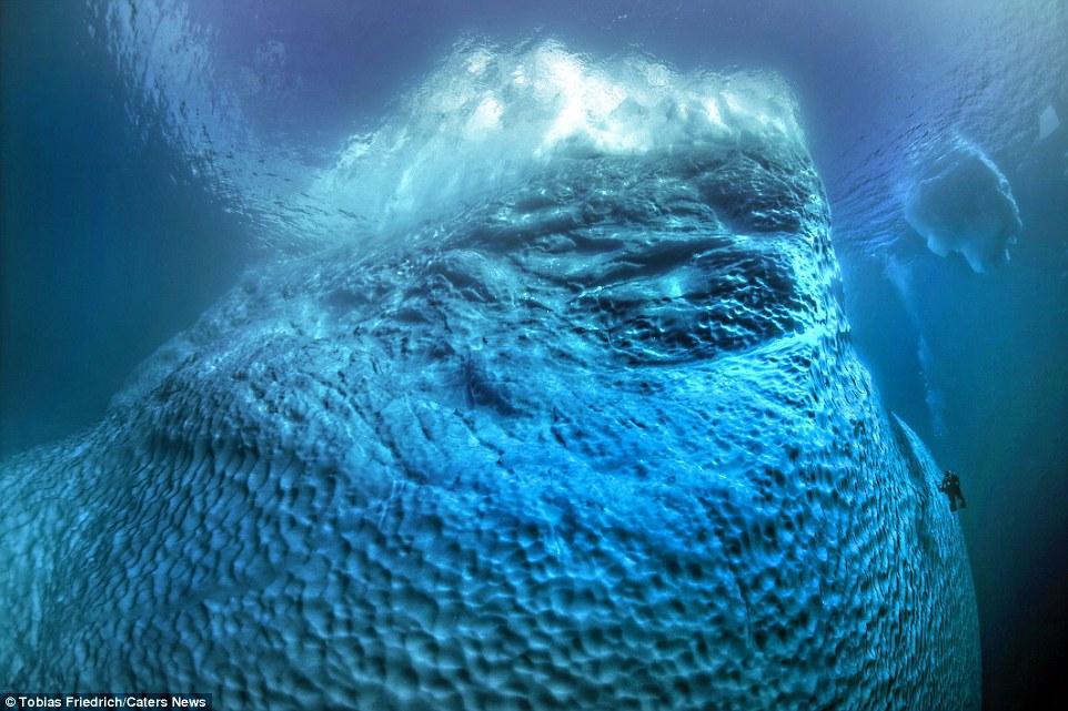 Hình ảnh đồ sộ đầy bất ngờ với phần chìm của tảng băng trôi 1