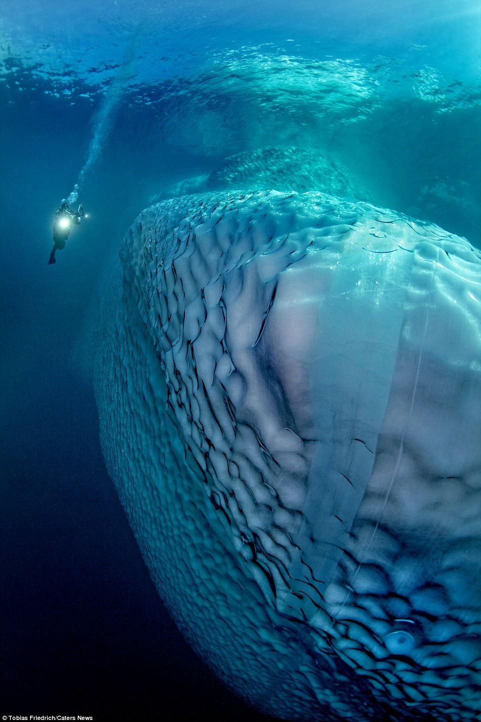 Hình ảnh đồ sộ đầy bất ngờ với phần chìm của tảng băng trôi 6