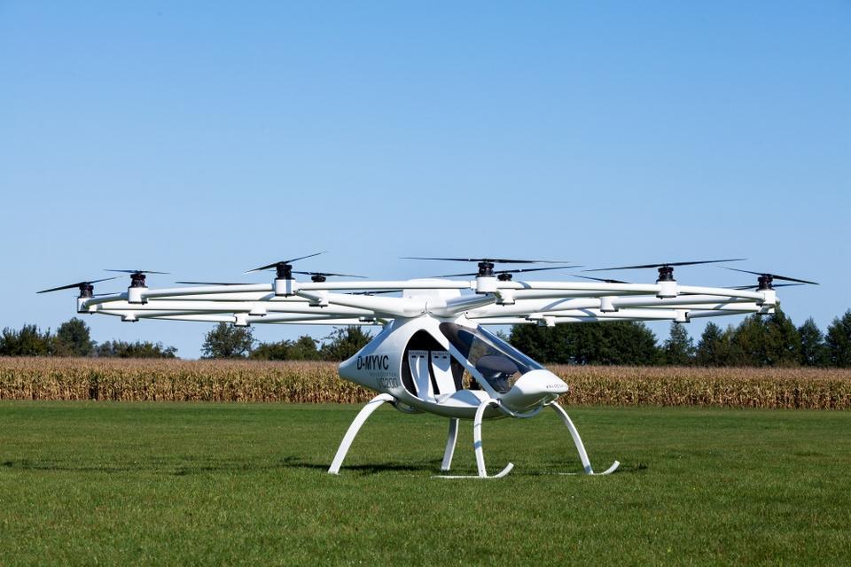 Ngạc nhiên máy bay drone chở được cả người 1