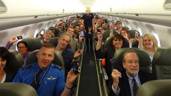 Hình ảnh Vì sao bạn phải tắt di động khi lên máy bay? số 1