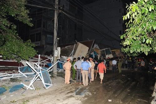 Sập nhà 5 tầng giữa đêm, 3 người chết, 3 người bị thương