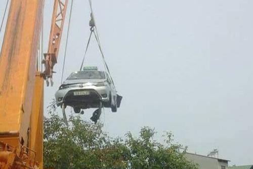 Lạng Sơn: 4 người tử vong trong chiếc taxi chìm dưới hồ 3