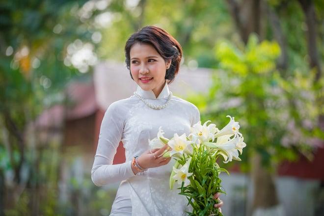 Hình ảnh Thiếu nữ Lào tinh khôi với áo dài, hoa loa kèn khiến dân mạng xao xuyến số 2