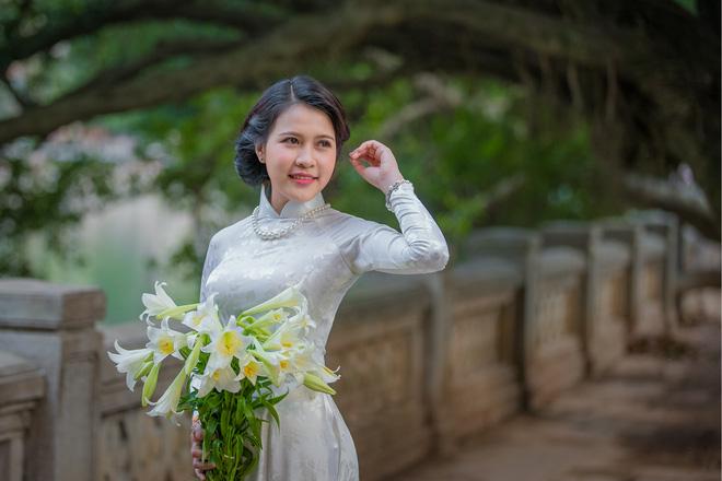 Hình ảnh Thiếu nữ Lào tinh khôi với áo dài, hoa loa kèn khiến dân mạng xao xuyến số 1