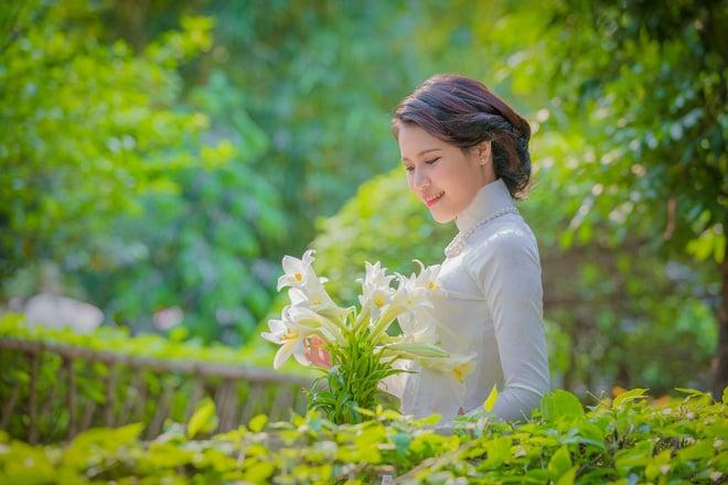 Hình ảnh Thiếu nữ Lào tinh khôi với áo dài, hoa loa kèn khiến dân mạng xao xuyến số 5