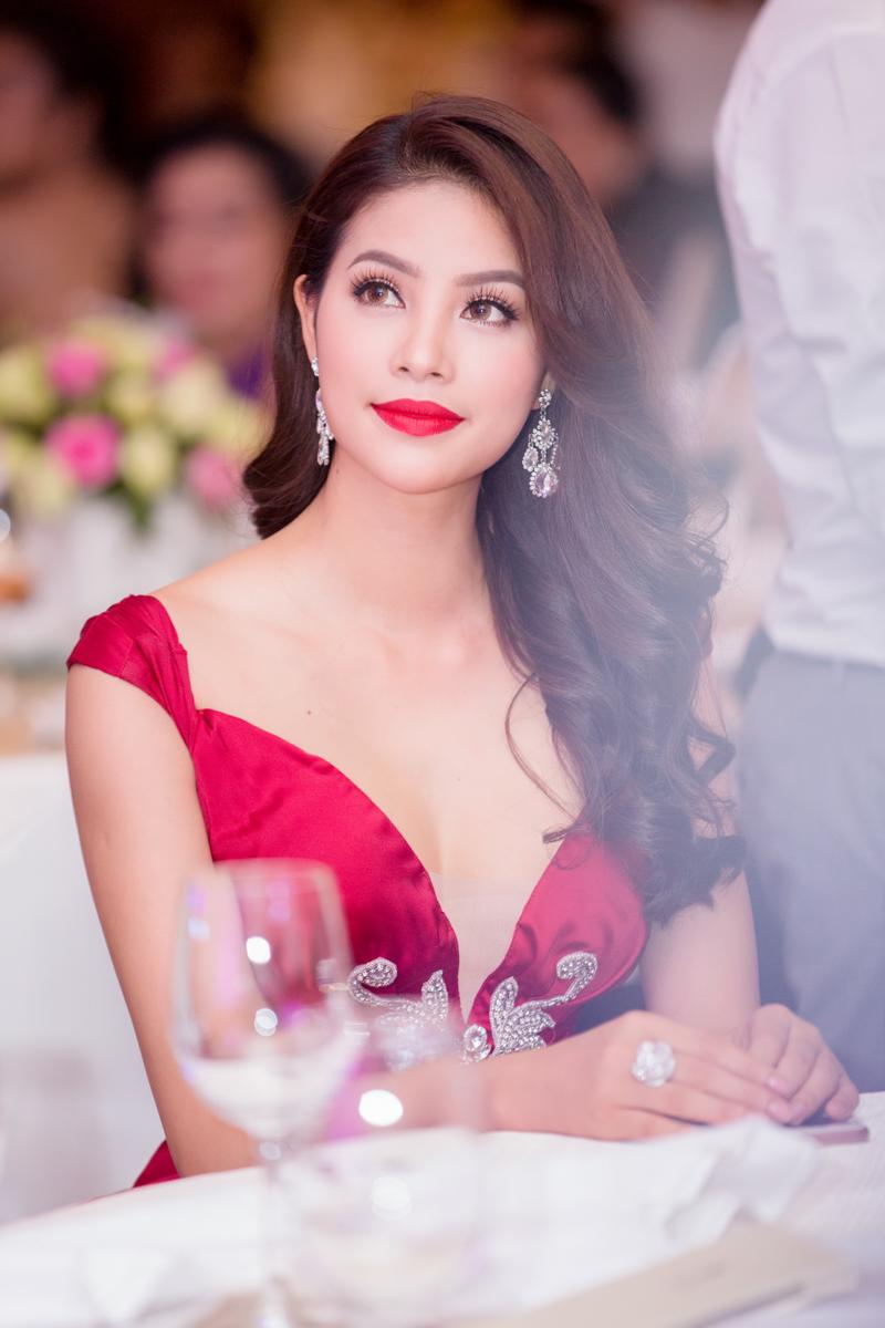 """Hoa hậu Phạm Hương được vinh danh """"Người phụ nữ của năm"""" 3"""