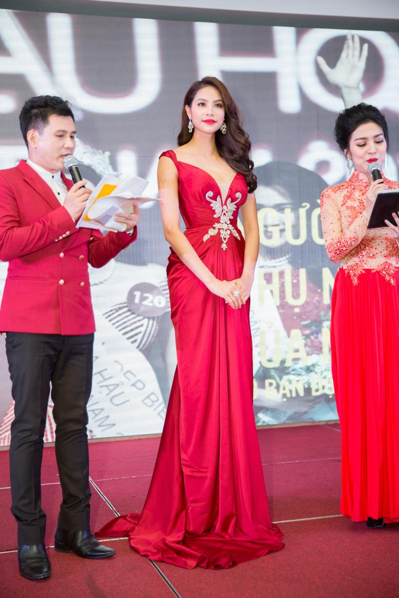 """Hoa hậu Phạm Hương được vinh danh """"Người phụ nữ của năm"""" 4"""