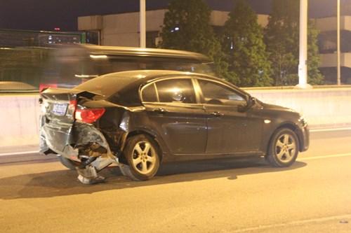 Siêu xe P1 McLaren 45 tỉ nát tươm sau vụ tai nạn trên đường cao tốc 2