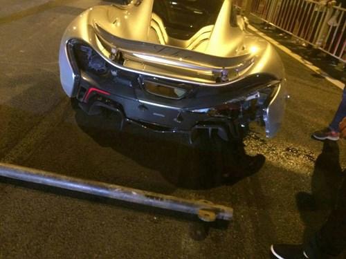 Siêu xe P1 McLaren 45 tỉ nát tươm sau vụ tai nạn trên đường cao tốc 4