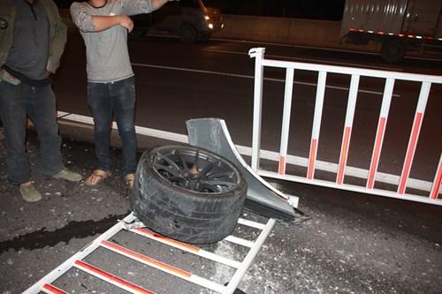 Siêu xe P1 McLaren 45 tỉ nát tươm sau vụ tai nạn trên đường cao tốc 5
