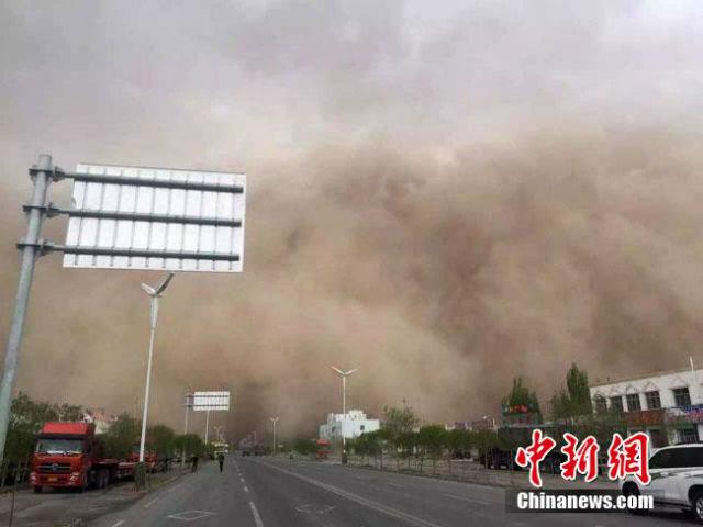 Trung Quốc: Lốc xoáy cuốn bay một học sinh lên cao 5 m 6