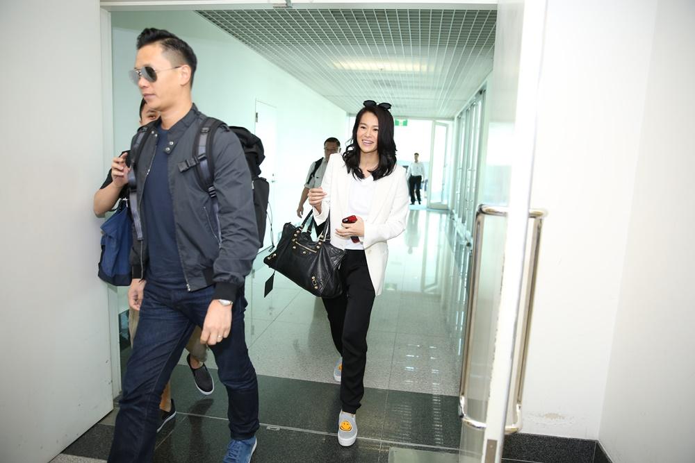 Hồ Hạnh Nhi bị fans vây kín ở sân bay Tân Sơn Nhất 2