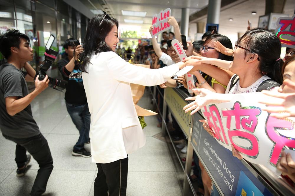 Hồ Hạnh Nhi bị fans vây kín ở sân bay Tân Sơn Nhất 4