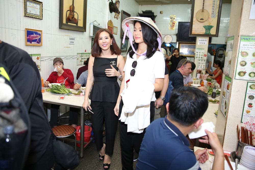 Vợ chồng Hồ Hạnh Nhi đội nón lá đi ăn phở Việt 2