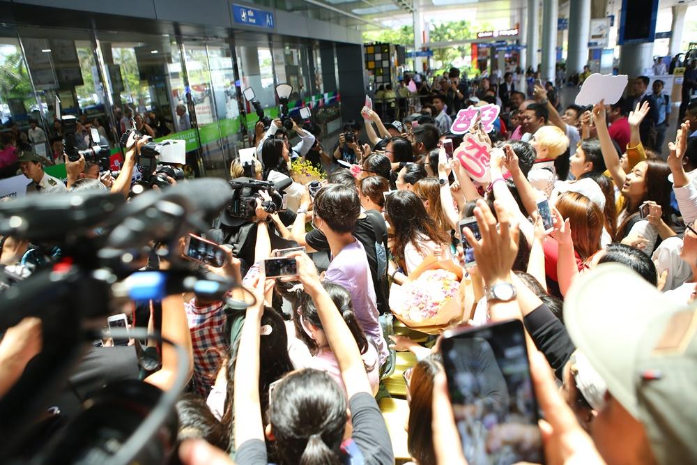 Hồ Hạnh Nhi bị fans vây kín ở sân bay Tân Sơn Nhất 7