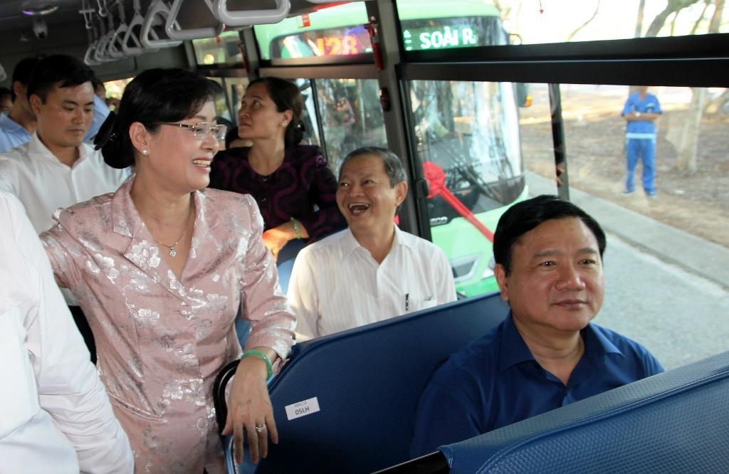 Bí thư Đinh La Thăng trải nghiệm xe buýt mới tại huyện Cần Giờ 1