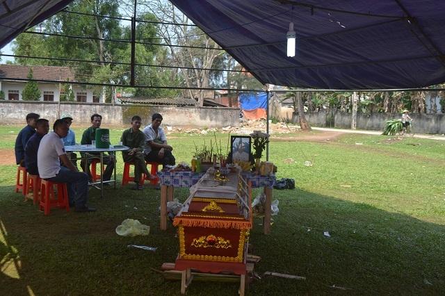 Mang quan tài con trai đặt trước cổng đám cưới ở Nghệ An 1
