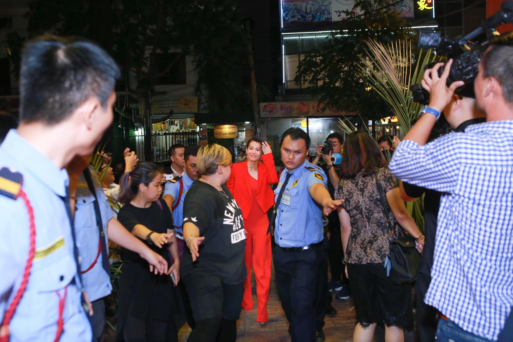 Hồ Hạnh Nhi cười hết cỡ trong buổi họp fan 1