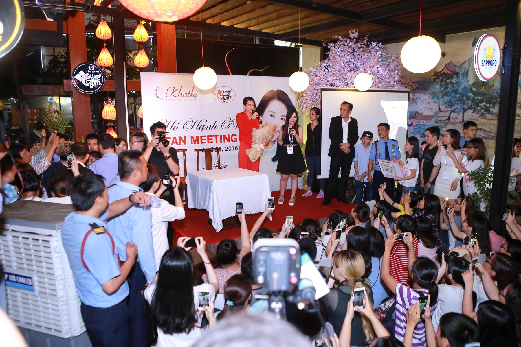Hình ảnh Hồ Hạnh Nhi cười hết cỡ trong buổi họp fan số 3