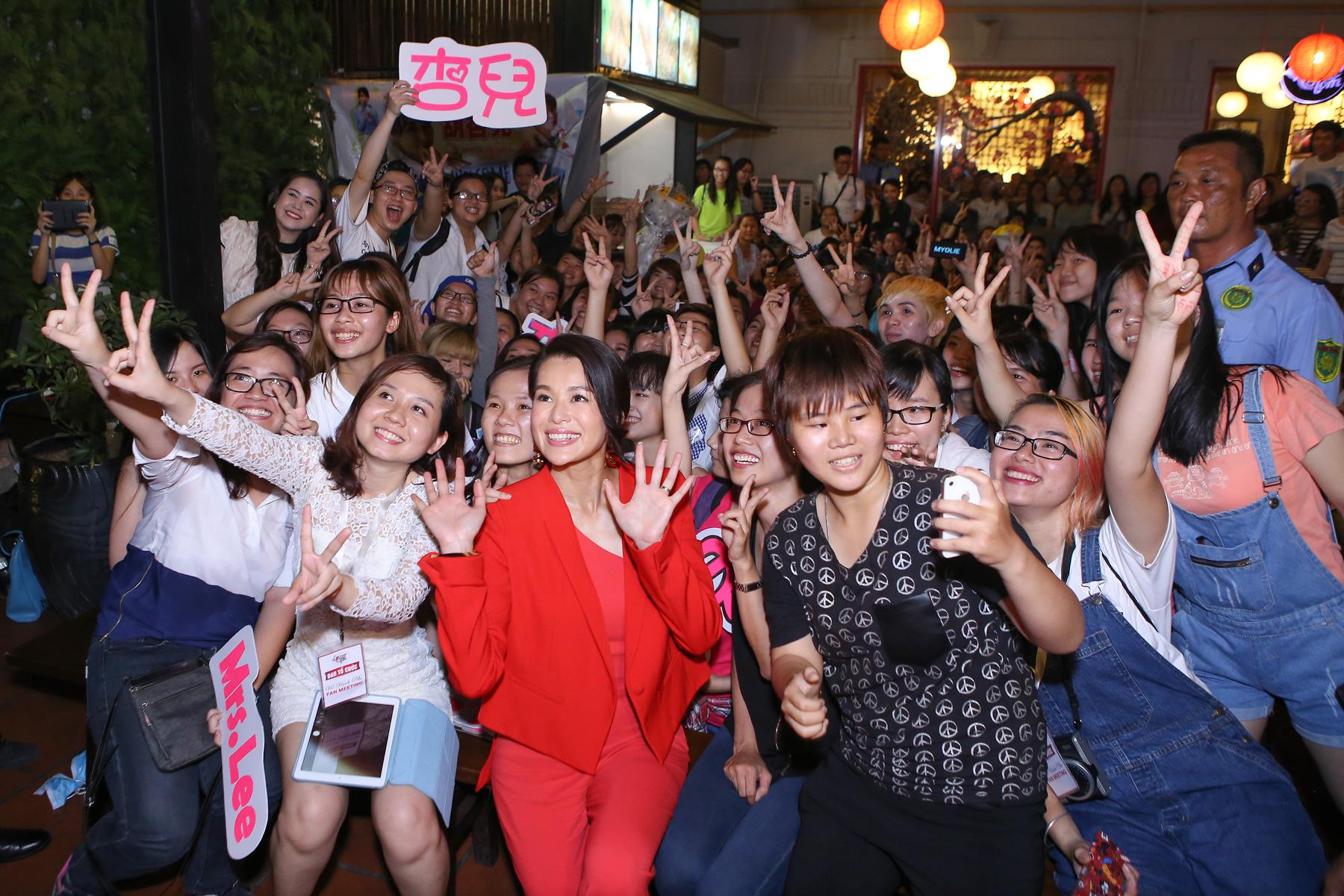 Hình ảnh Hồ Hạnh Nhi cười hết cỡ trong buổi họp fan số 8