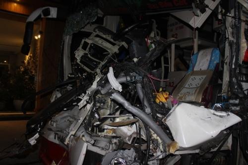 Video: Hiện trường vụ xe khách tông xe tải, 4 người thương vong 2
