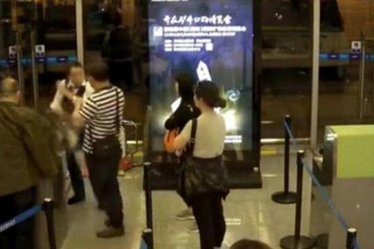 Hành khách Trung Quốc tát nhân viên hàng không vì bị hoãn bay 1
