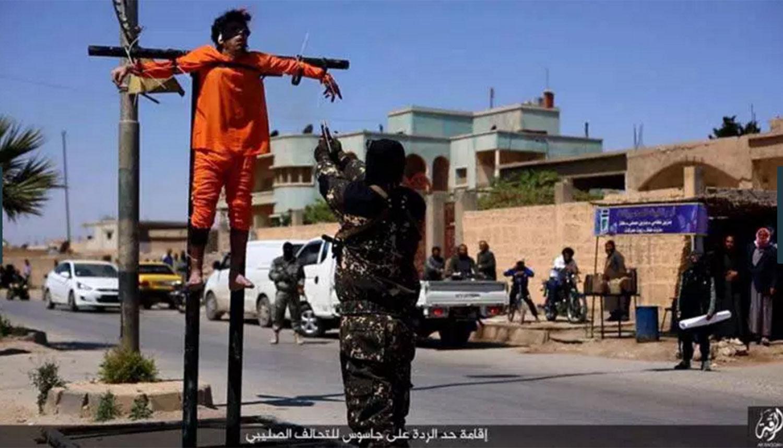 IS treo 2 'gián điệp' lên cây thập giá để hành quyết 1
