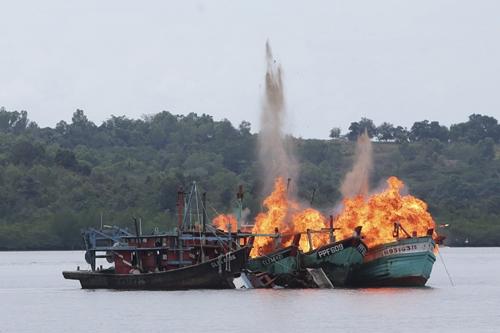 Hai tàu cá của ngư dân Việt Nam sẽ bị Paula đốt 1
