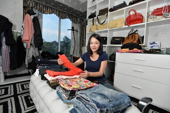 Hot girl 9X kiếm hơn 30 triệu/tháng nhờ gấp quần áo thuê 1