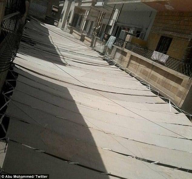 IS dùng vải che toàn bộ đường phố Raqqa để trốn do thám 2