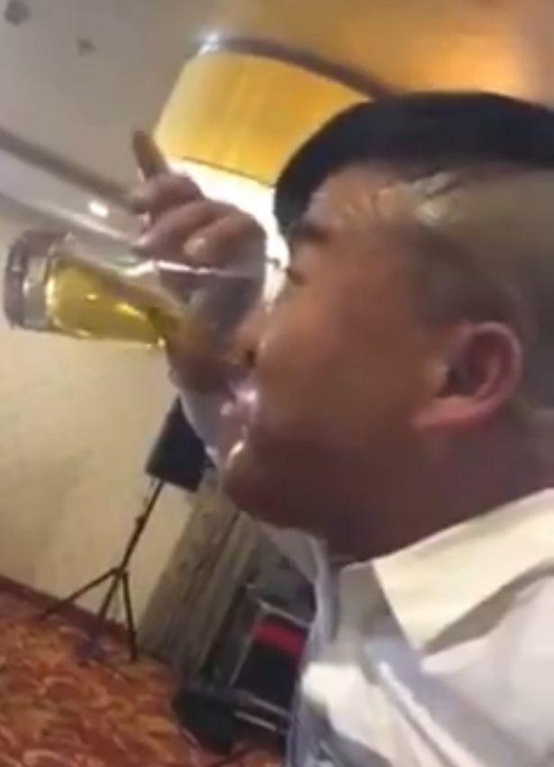 Kỳ lạ người đàn ông uống bia bằng mũi 1